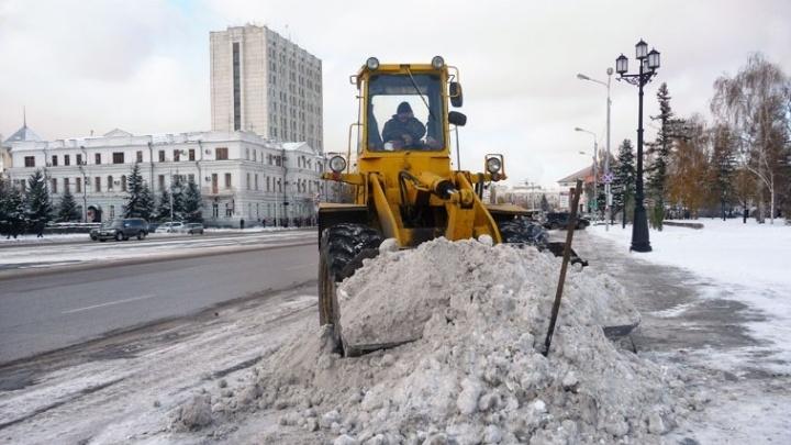 Омский дорожник пообещал, чтов канун Нового года рабочие будут убирать снег без выходных