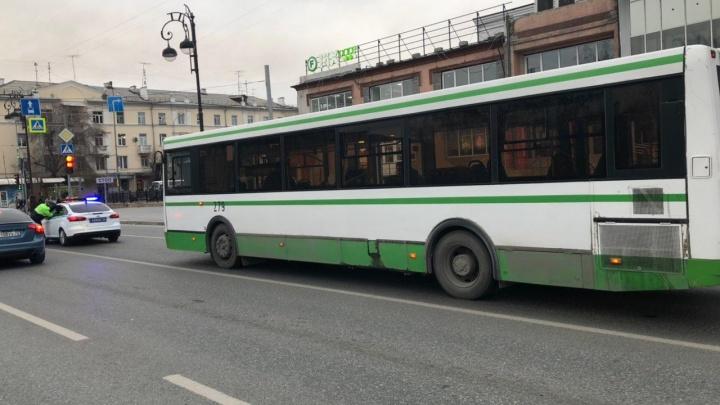 27-летняя девушка попала под колёса автобуса №30 в центре Тюмени