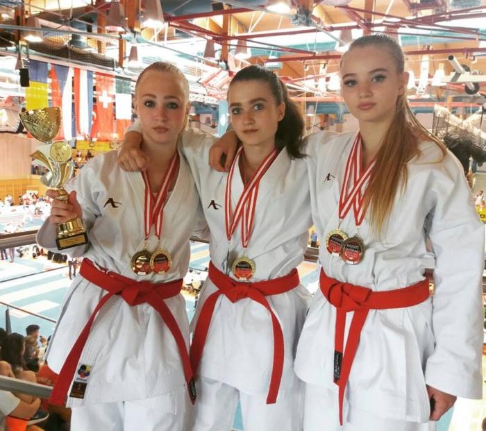 Представительницы женской части новосибирской сборной