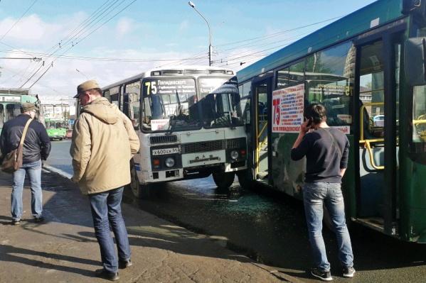 В результате аварии оказалось разбито стекло на одной из дверей автобуса