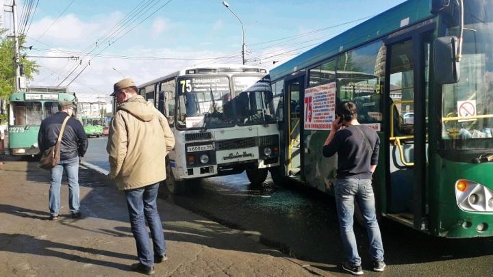 На Кирова возле остановки столкнулись два автобуса с пассажирами