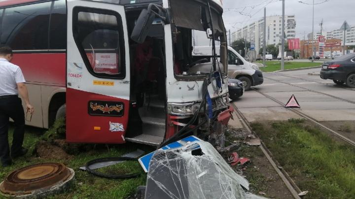 Отказали тормоза? На шоссе Космонавтовв ДТП с автобусом и трамваем пострадали пять человек