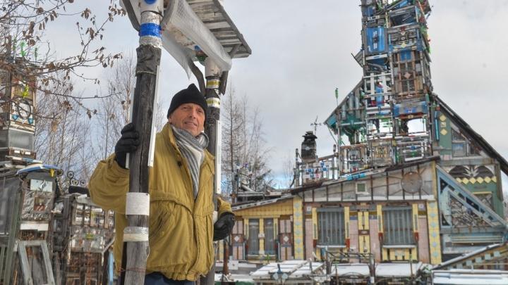 «В 90-х с материалом было туго»: пенсионер из Новоуральска обшил свой дом таблетками и банками