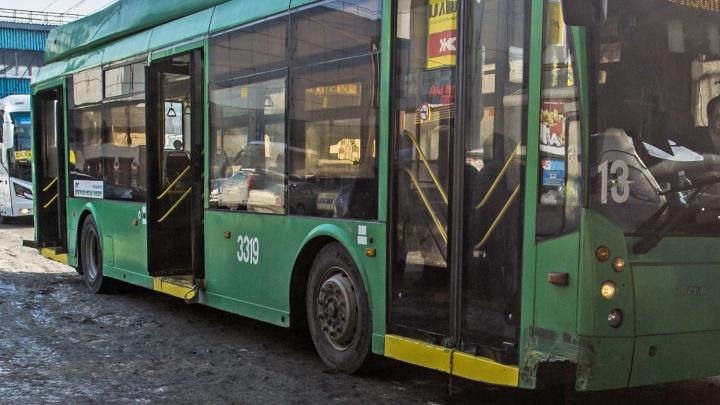 «Дверь откройте!»: полиция приехала в запертый троллейбус из-за ссоры пассажиров с кондуктором