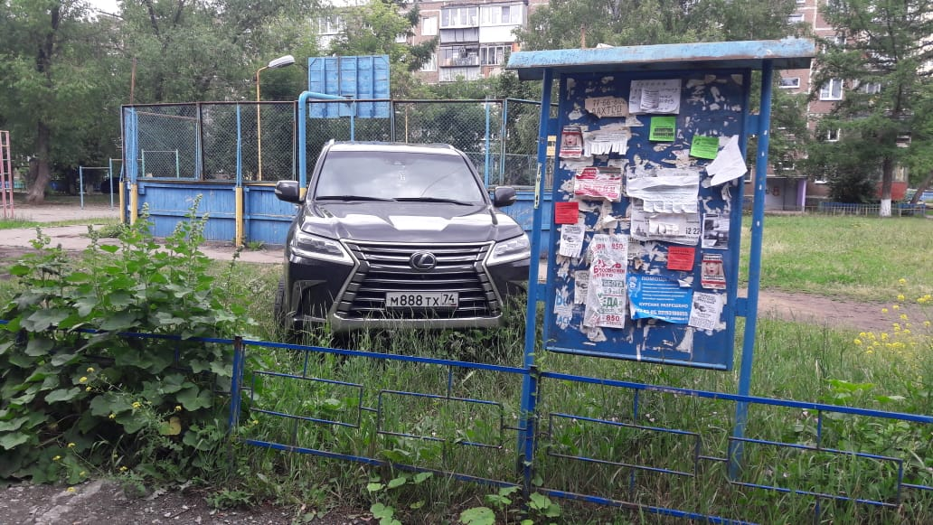 Улица Пионерская, 4: Lexus с заметными номерами въехал на газон, который невозможно не заметить