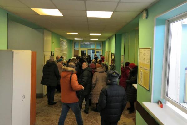 По словам посетителя поликлиники, в очереди стояли около 30 человек