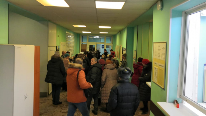 «Два дня не могу попасть на флюорографию»: в новосибирской поликлинике выстроилась очередь на обследование