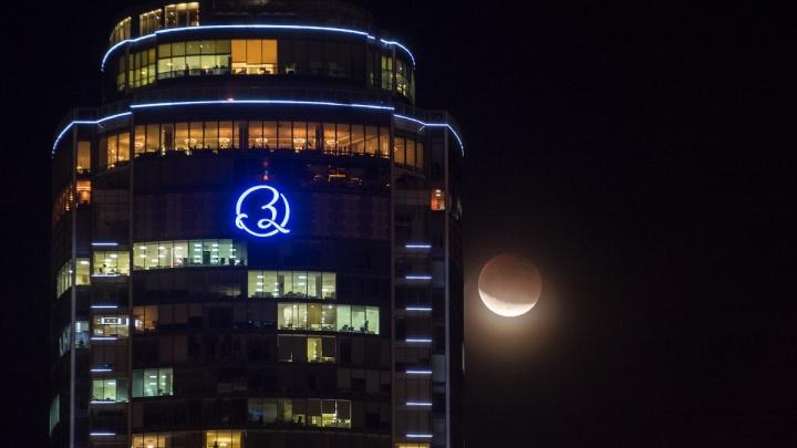 """""""Красивее всего было, когда выходила из тени"""": екатеринбуржцы делятся фотографиями лунного затмения"""