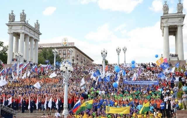 От медиков до музыкантов: сотни волгоградских студентов прошли мимо перекрытой набережной