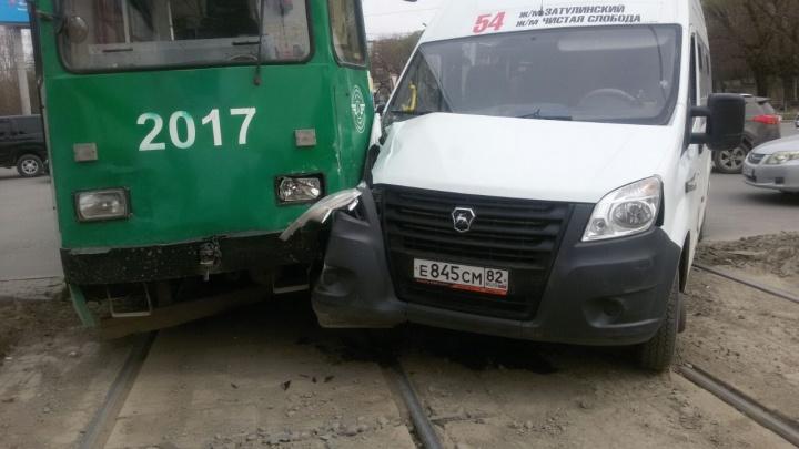 Маршрутка столкнулась с трамваем на площади Труда: беременную пассажирку увезли на скорой
