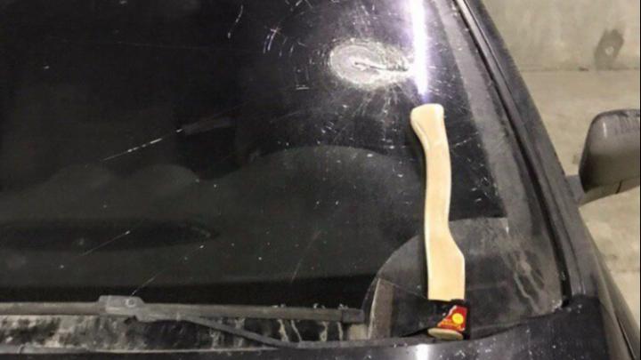 Директор УК в Екатеринбурге, якобы разбивший топором машину соперника, заявил, что его подставили