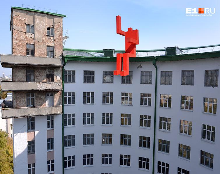 А вот и конструктивизм — обратная сторона здания гостиницы «Исеть»