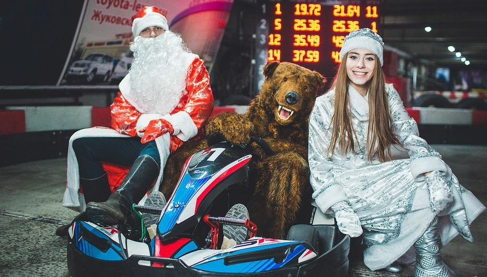 Медведь, Снегурочка и Дед Мороз уже успели прокатиться на картинге и встретиться с трансформерами