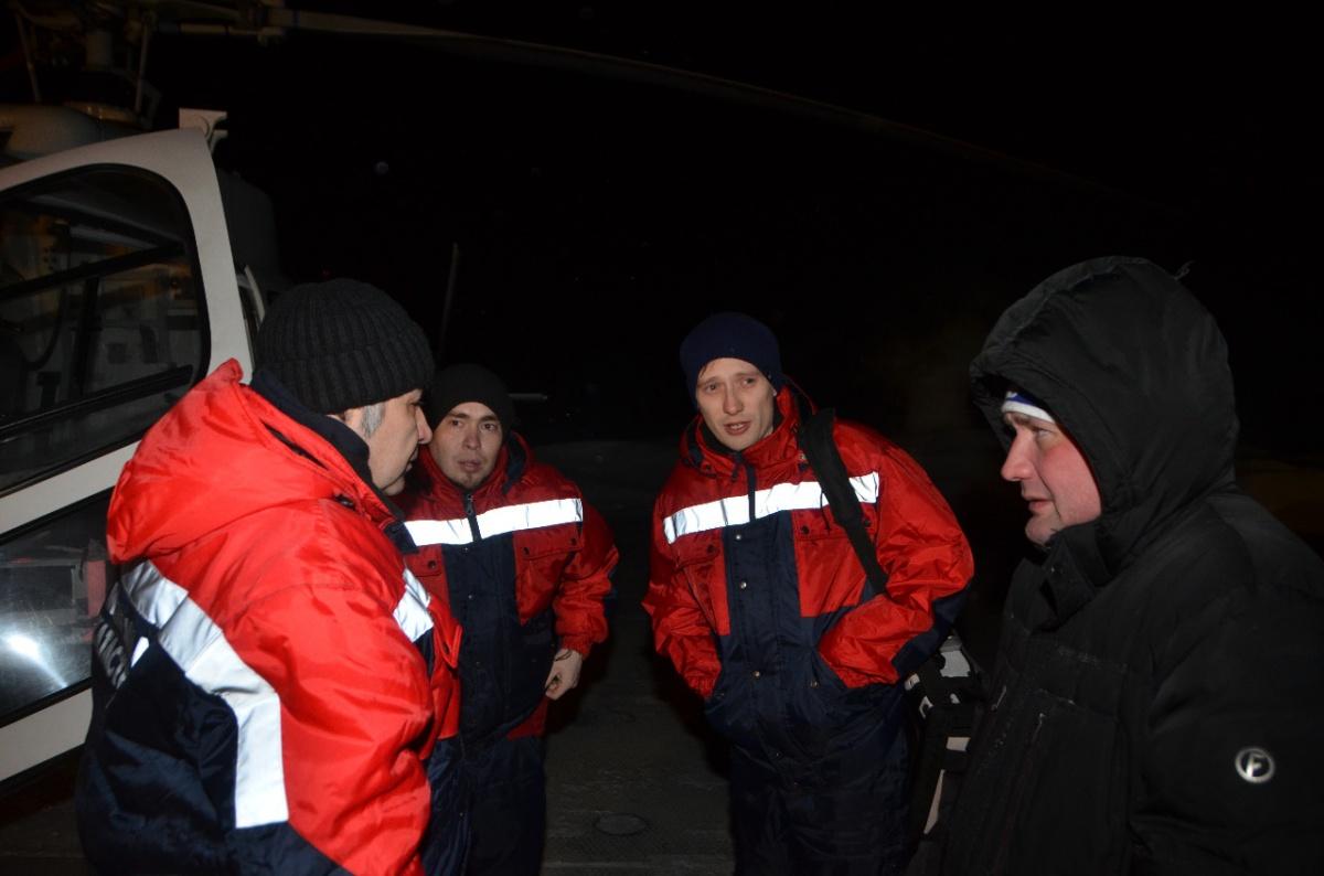 Справа — главный врач Иван Болтасёв встречает бригаду на вертолетной площадке