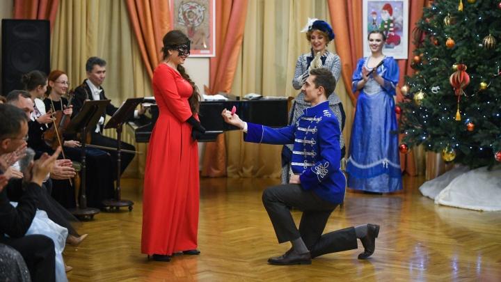 Во дворце в самом центре Екатеринбурга устроили бал, в конце которого гусар сделал предложение даме