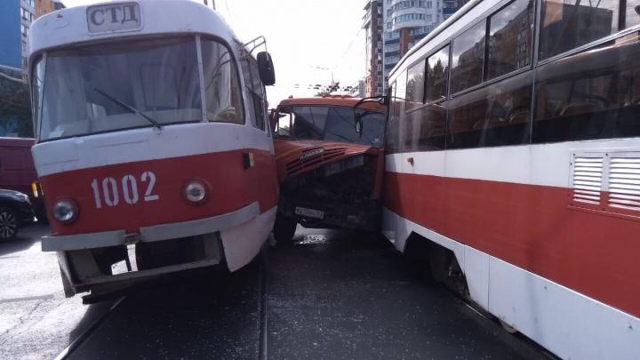 «Зажало в тиски»:на Ново-Вокзальной — Московском шоссе КАМАЗ залез между двумя трамваями