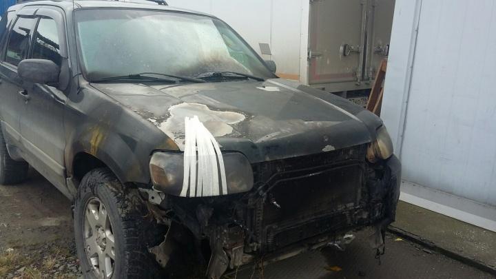 На Широкой Речке камера засняла, как ночной поджигатель превратил в костер припаркованный Ford