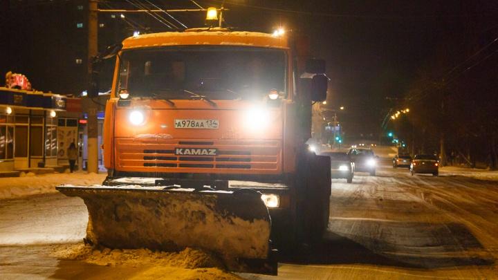 Работает 80 единиц техники: мэрия Волгограда отчиталась о ночной уборке улиц