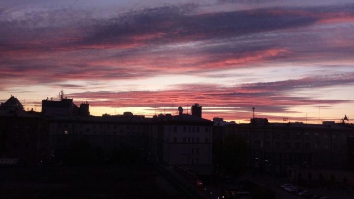 Малиновые облака: новосибирцев восхитил пятничный рассвет над городом