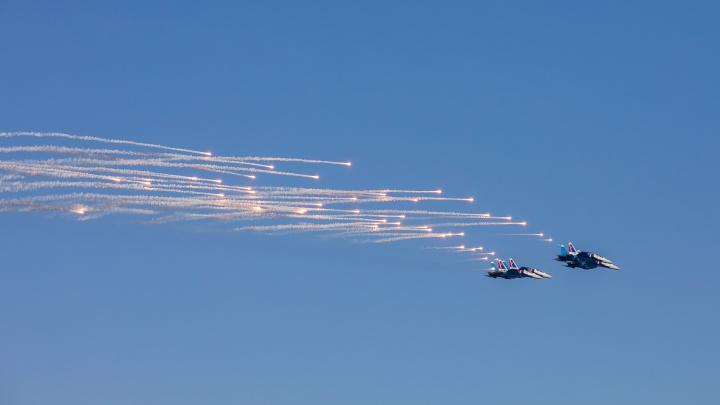 Истребители пронеслись в небе над осенним Красноярском. Показываем лучшие кадры