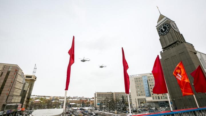 Полеты самолетов-истребителей в небе над Красноярском приковали взоры прохожих