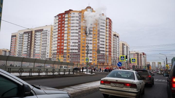 Закрытая квартира загорелась на 11-м этаже дома по Мартынова