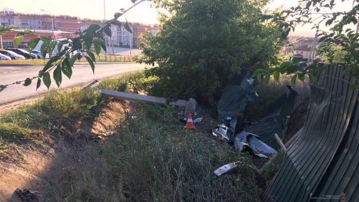 Умер по дороге в больницу: в Волгограде молодой автомобилист пробил забор и перевернул машину