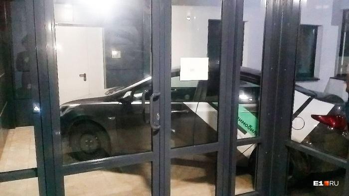 Как вам такая парковка? Еще немного, и автомобиль оказался бы в подъезде многоэтажного дома