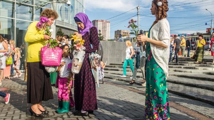 Сотни женщин в длинных платьях подарили прохожим цветы