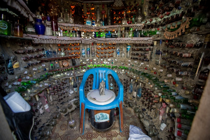 """Кроме бутылок внутри туалета стоят флаконы из под парфюма. На фото в центре&nbsp;<i class=""""_"""">—</i> скульптура задумчивого Ленина"""