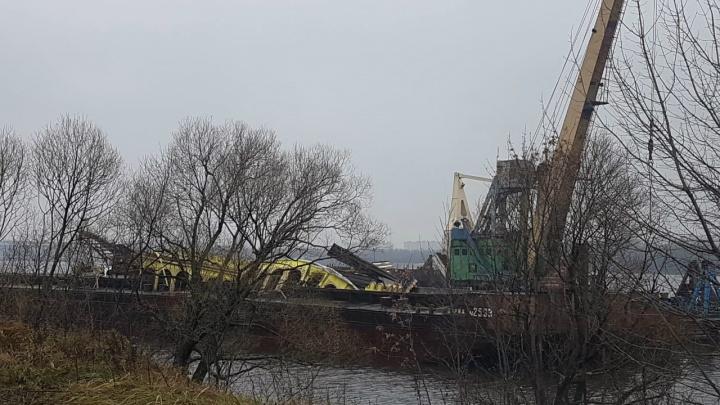 Развалился под водой: в Ярославле вылавливают из Волги куски затонувшего дебаркадера