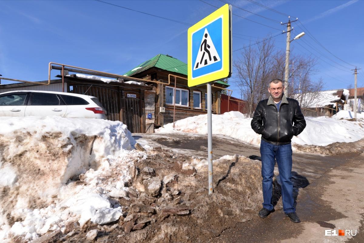 Пешеходный переход находится прямо напротив дома Владимира