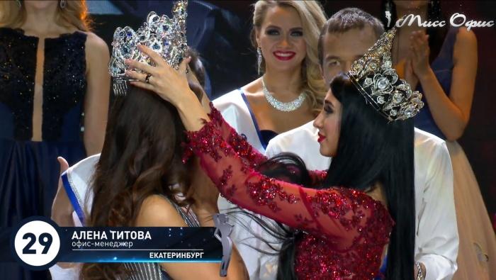 Когда ведущие назвали победительницу, девушка расплакалась