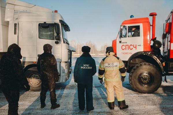 Спасатели выезжают к водителям, чтобы помочь завести автомобиль, оказать первую медицинскую помощь и, если нужно, отбуксировать машину на станцию техобслуживания