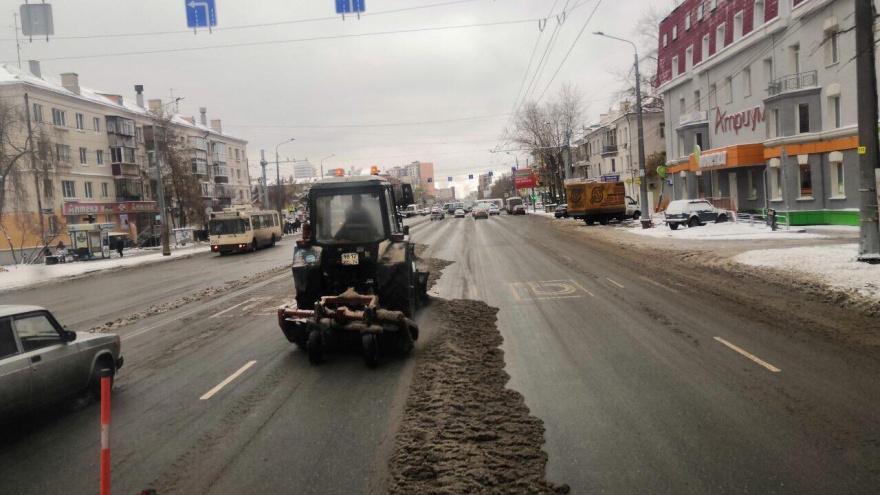 «Сплошное подметание» и замерзающий посёлок: в Челябинске выпал снег