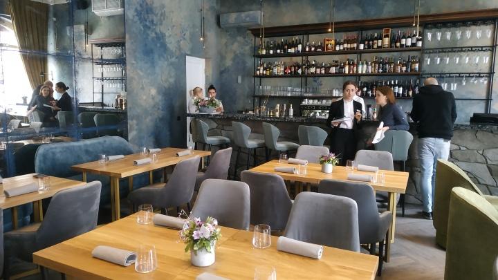 На Мира открылся авторский ресторан, где подают черную икру с золотой ложкой