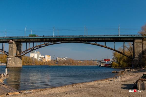 Тело находилось далеко от берега, под старым мостом