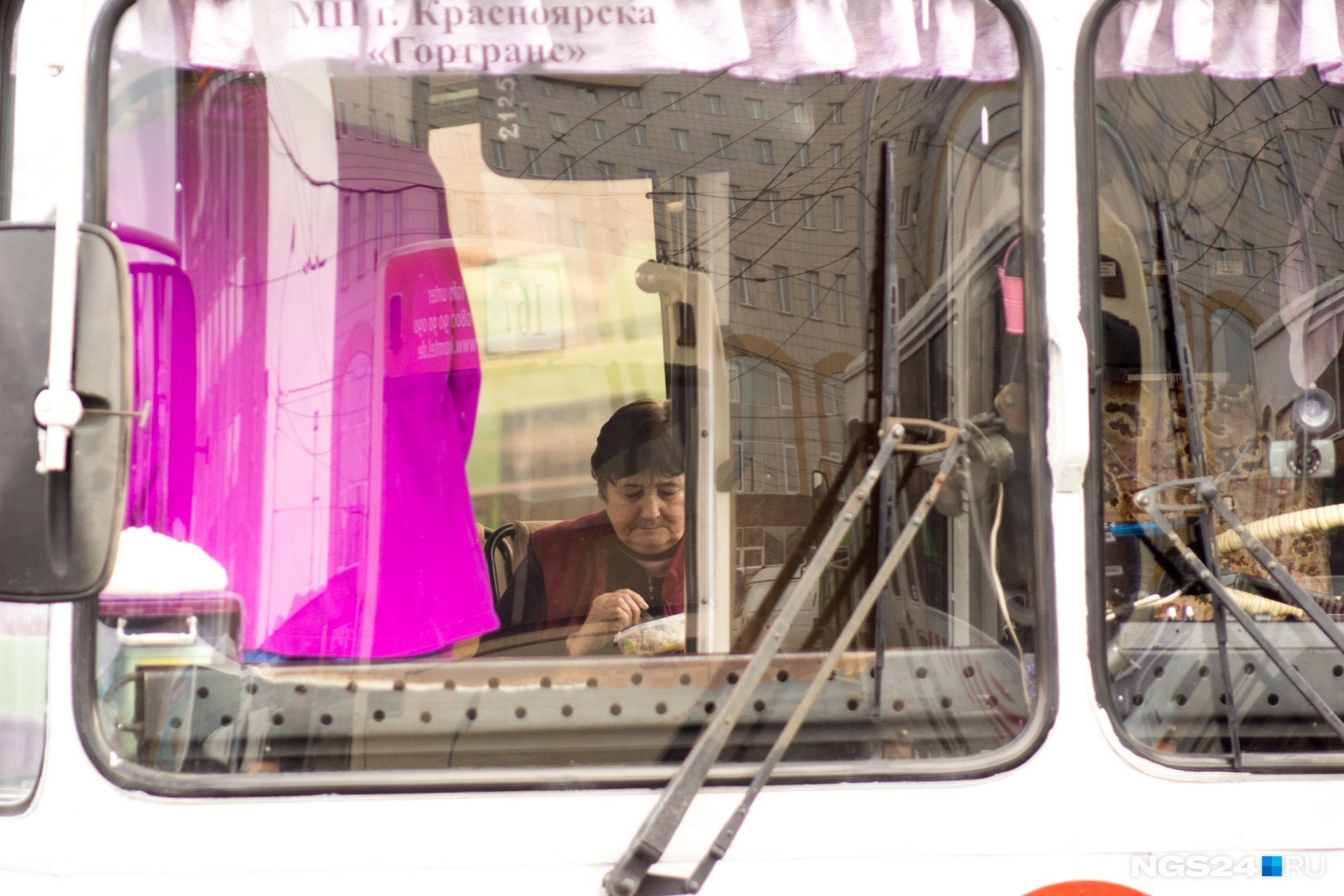 На конечных стоянках водители и кондукторы едят в салонах авто