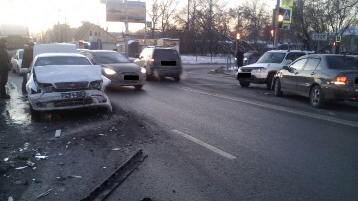 Водитель Nissan Cefiro попал в аварию с участием четырех машин на Никитина