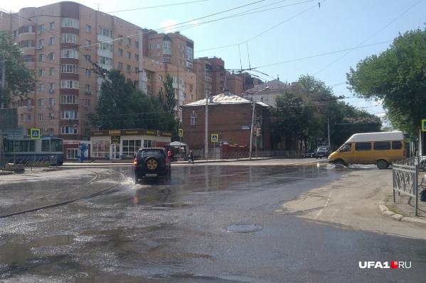 Так улица выглядела в 9 часов утра. Улицу не поливали специально, вода просто пошла верхом из колодца