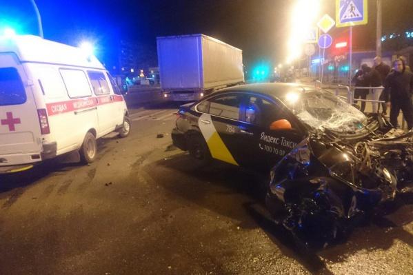 Авария произошла ночью в пятницуна перекрёстке проспекта Победы и улицы Чичерина