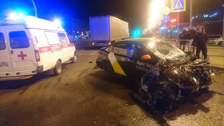 Дорожники делали разметку: авария с такси, залетевшим под фуру в Челябинске, попала на видео