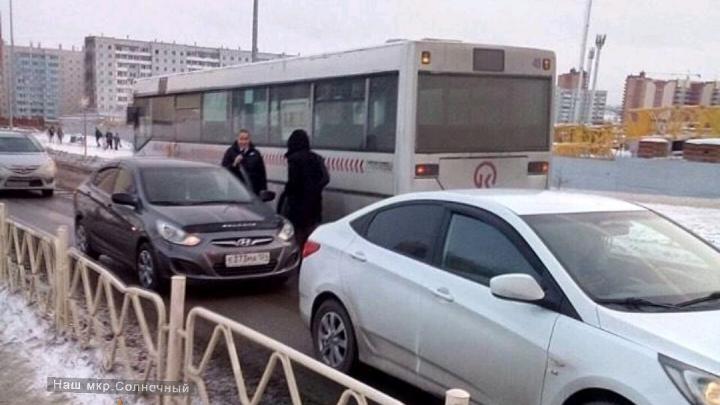 Молодая девушка угодила под автобус в Солнечном