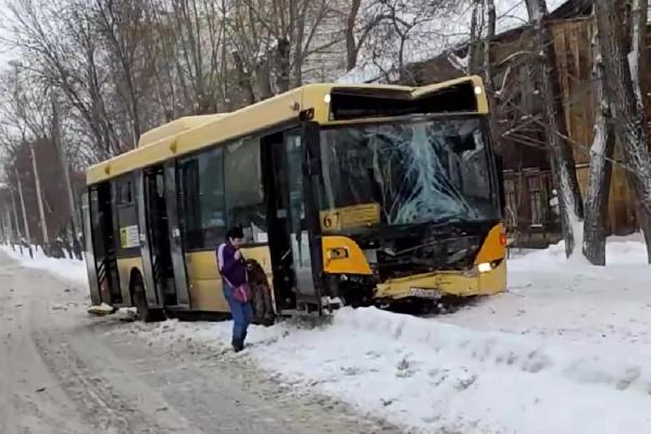 Автобус получил значительные повреждения