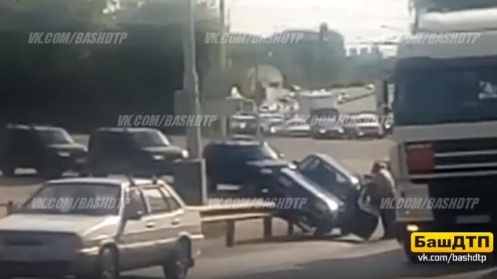 Верхом на отбойнике: в Уфе «семерка» вскарабкалась на дорожное ограждение