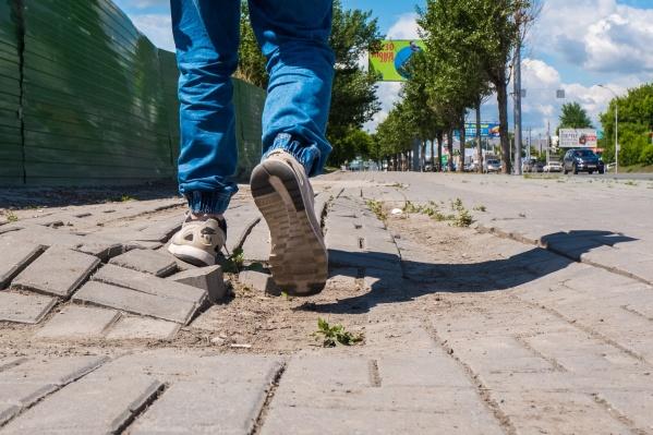 Сегодня гостей города приходится водить по разбитым городским тротуарам