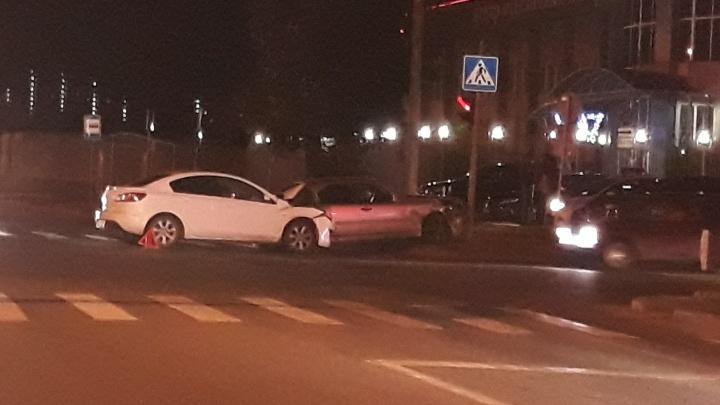 Машина отлетела в светофор: на Чаплина Mercedes врезался в Mazda