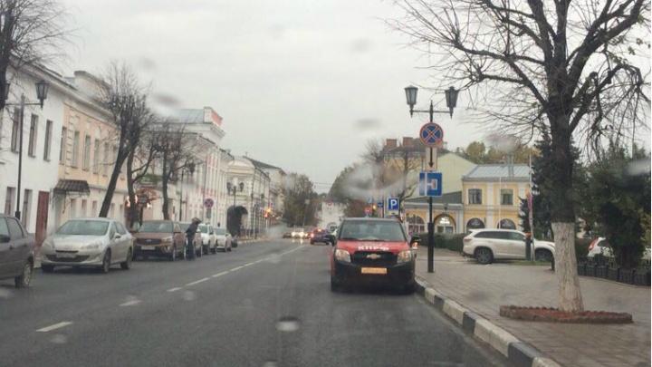 Депутат-нарушитель из Ярославля перепарковал машину. Но снова не по правилам. Фото