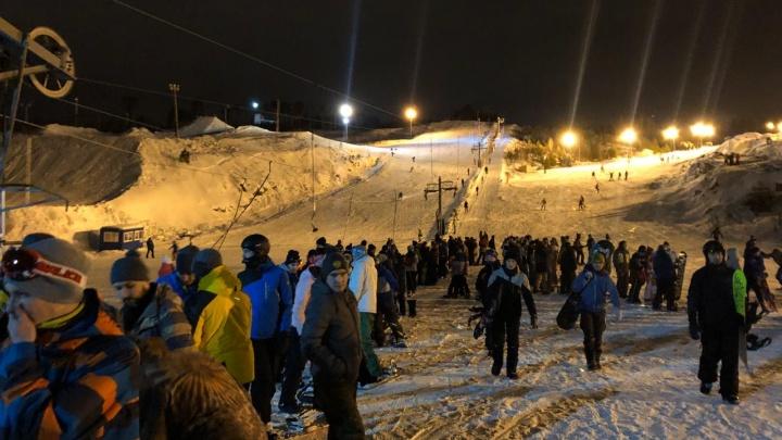 Почти две тысячи екатеринбуржцев пришли ночью на Уктус, чтобы скатиться с горы
