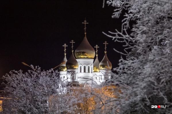 В соборе уже проводились праздничные службы, но как строительный объект он не введён в эксплуатацию